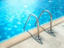 8 טיפים לשמירה על בטיחות הילדים בבריכה הביתית